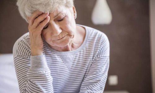 Среди негативных явлений приема препарата выделяют головную боль. Она появляется у пациента через 45 минут от начала подготовительных манипуляций
