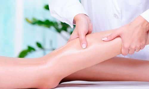 Врач делает легкий массаж конечности в направлении от стопы к паху, способствуя оттоку крови из расширенных варикозной болезнью поверхностных вен